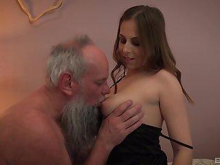 Old bearded guy has a blast with spectacular vixen Antonia Sainz