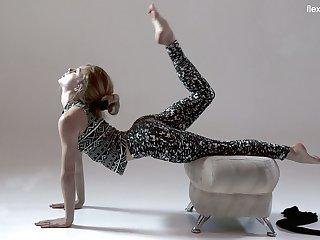 Ardent sporty handsomeness Rita Mochalkina does splits to show you the brush sexy ass