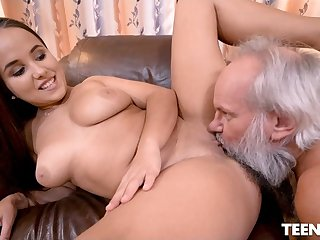 Teen with beamy ass fucks with old gray bush