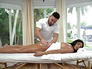 Masseur drives hottie crazy by how acquiescent his dick feels inner her